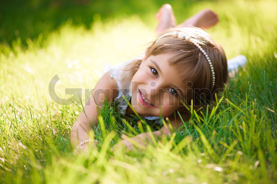 استوک دختر بچه روی چمن