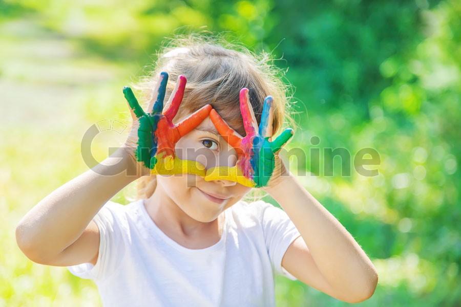 تصویر استوک دختر خردسال با دستان رنگی