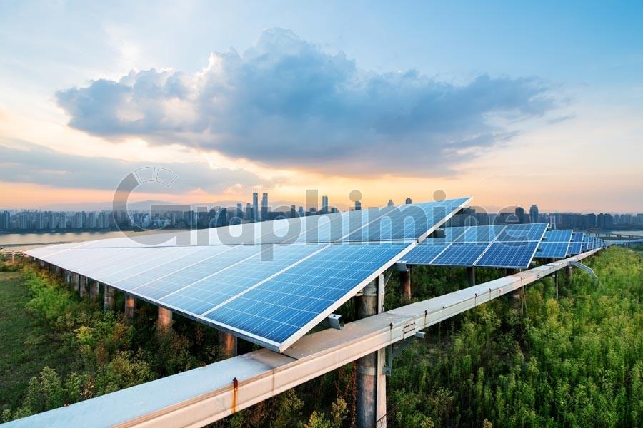 عکس استوک پنل خورشیدی زمین کشاورزی