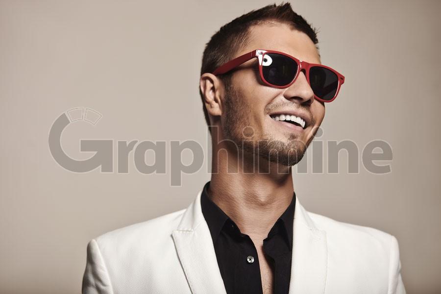 تصویر استوک مدل مرد عینک آفتابی