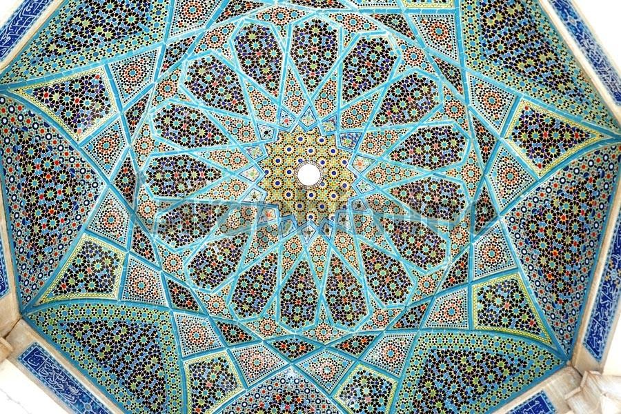 تصویر استوک کاشی کاری سقف آرامگاه حافظ