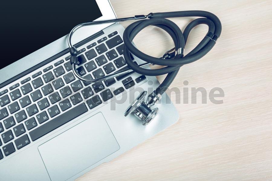تصویر استوک گوشی پزشکی لپ تاپ