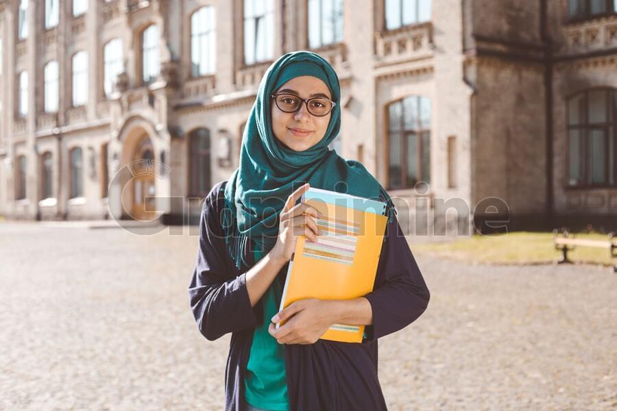 عکس استوک دانشجو دختر مسلمان