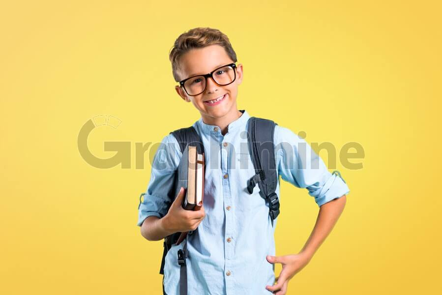عکس استوک دانش آموز پسر